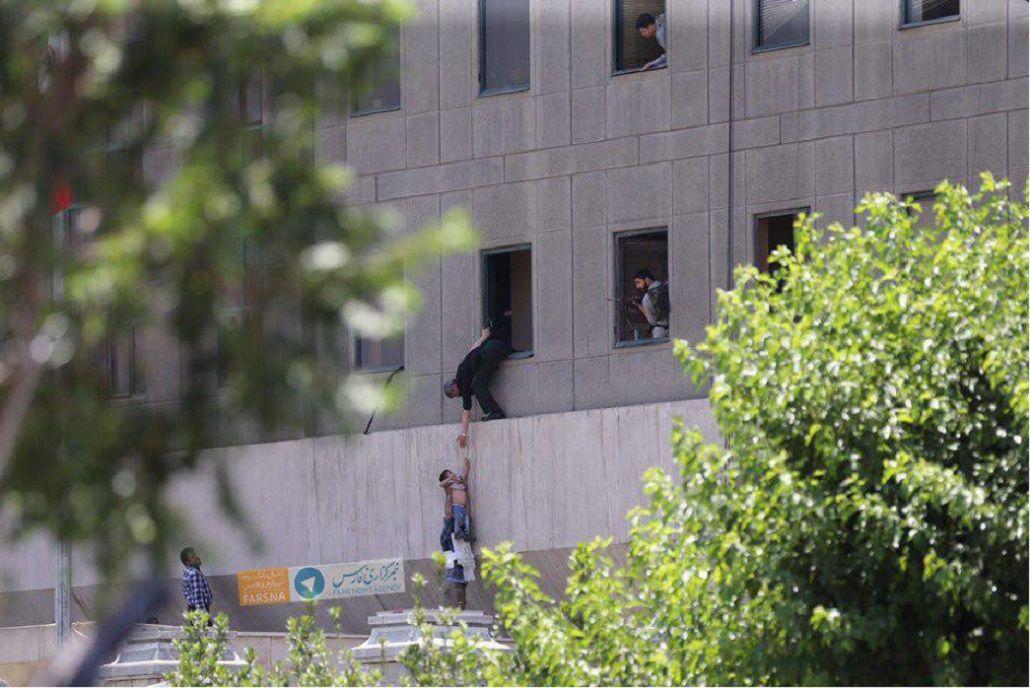 Las fuerzas de seguridad ayudando a un chico afuera del parlamento. Crédito: @PressTV