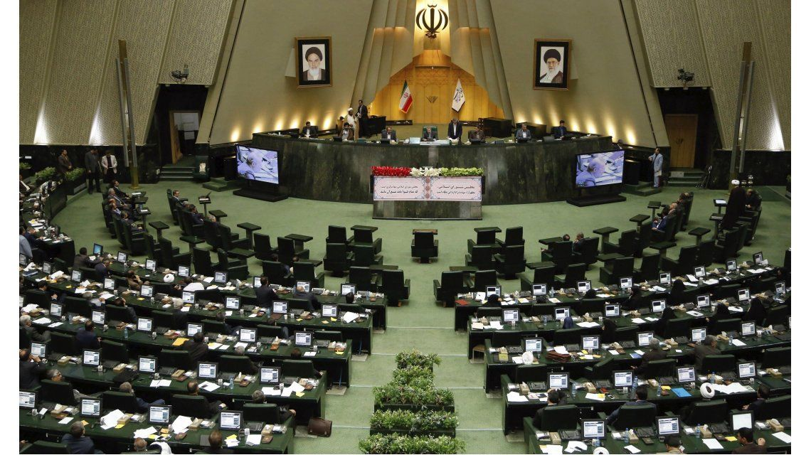 Atacaron al Parlamento de Irán y al mausoleo del ayatolá Jomeini