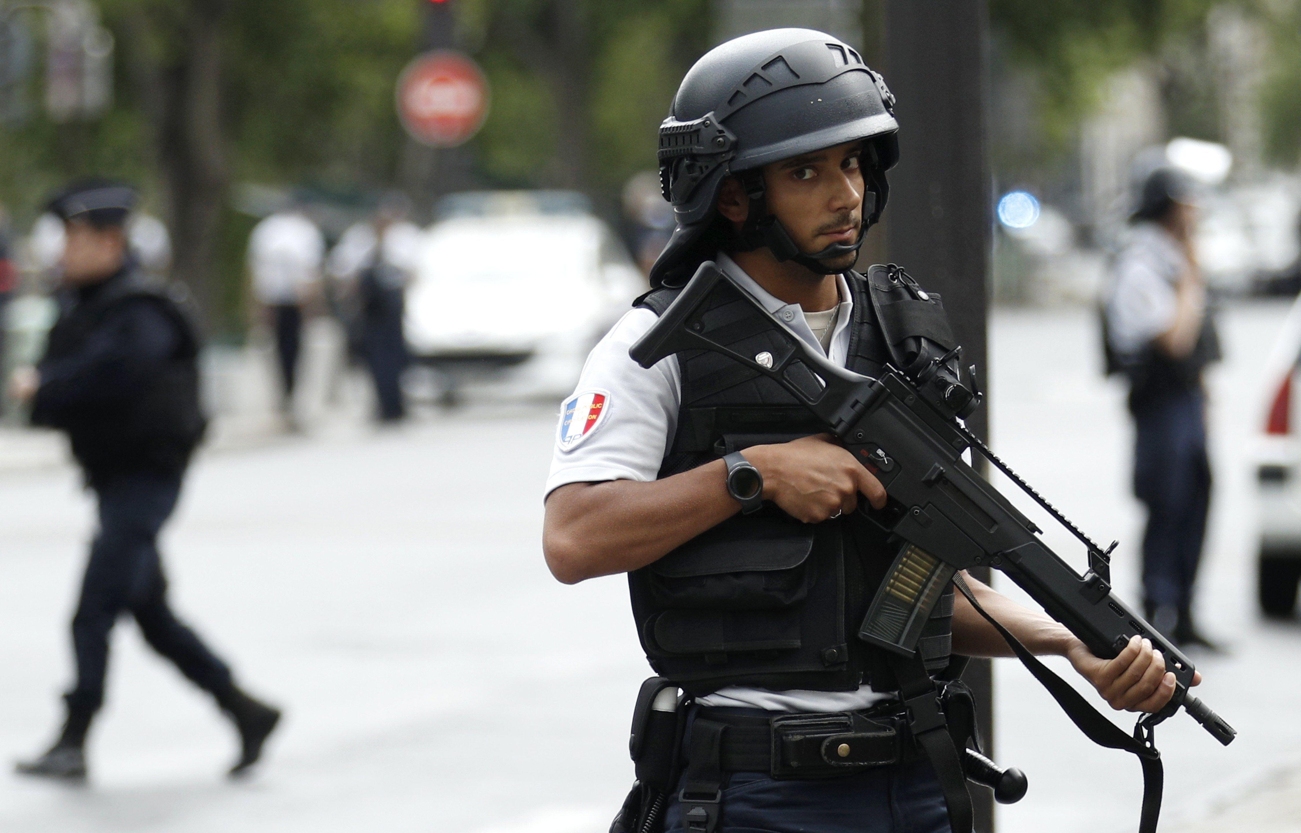 Así detuvieron al terrorista que atacó frente a la Catedral de Notre Dame