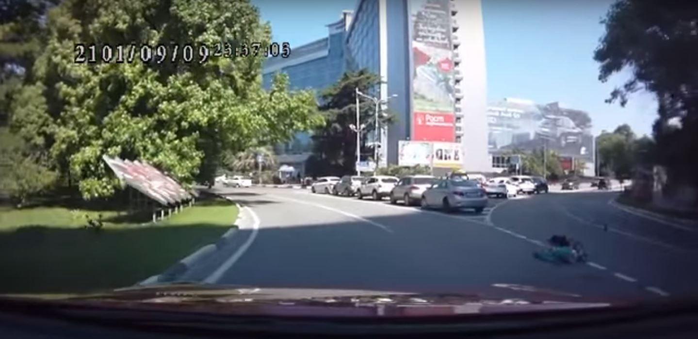Una nena de tres años se cayó del baúl de un auto en movimiento