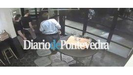 Empleados de un bar salvan a clientes y transeúntes y le impiden la entrada a un terrorista