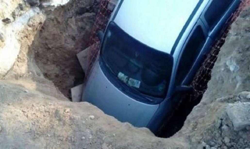El auto dentro del pozo