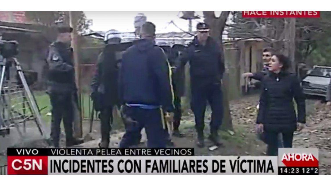 VIDEO: Vecinos intentaron agredir a un detenido y se enfrentaron a la policía