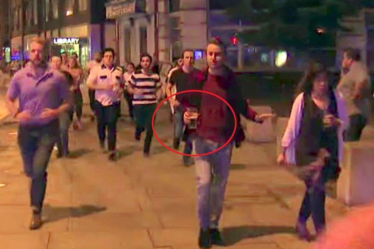 La foto viral de un hombre que se va con su pinta de cerveza durante el atentado