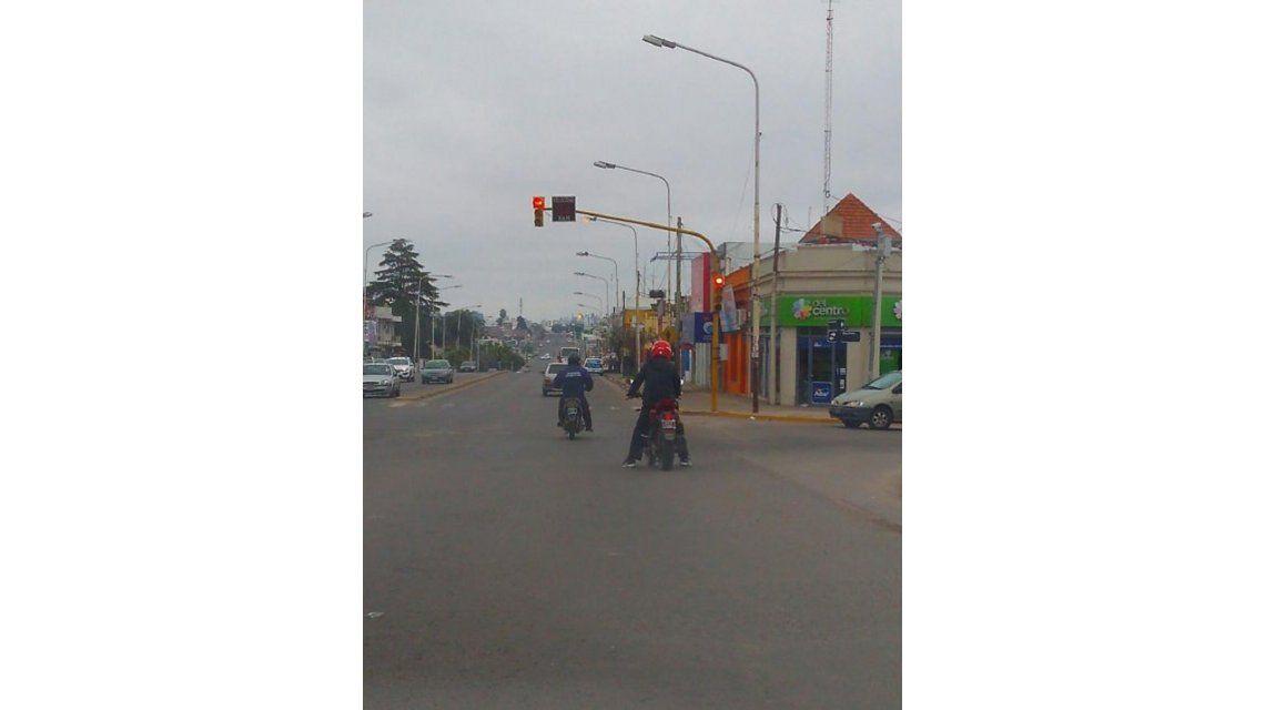 El agente de tránsito a punto de cruzar el semáforo en rojo