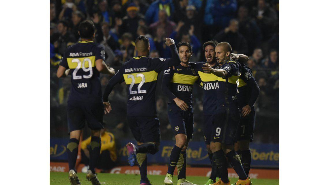 Boca festeja el triunfo ante Independiente que lo dejó a un paso del título