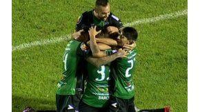Todos abrazan a Barceló, el héroe de la noche tucumana