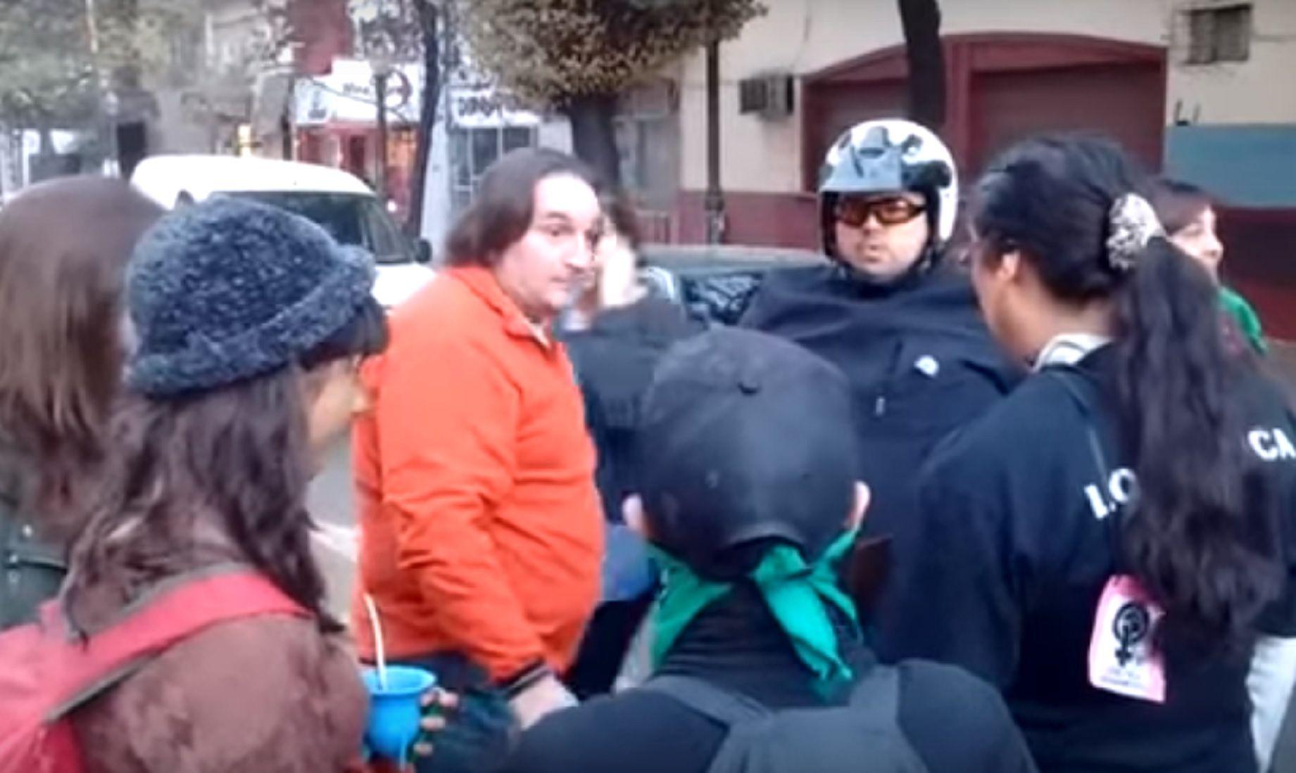 {altText(Fuerte cruce entre un conductor y manifestantes del #NiUnaMenos,VIDEO: el cruce entre un conductor y las manifestantes de