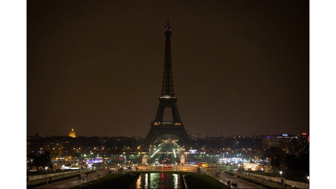 Pánico en la Torre Eiffel por un hombre que quiso entrar con un cuchillo