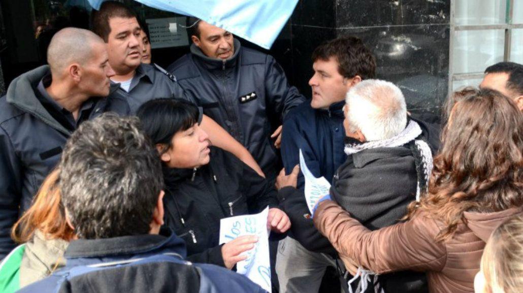 Los familiares de la víctima protestaron la decisión del juez