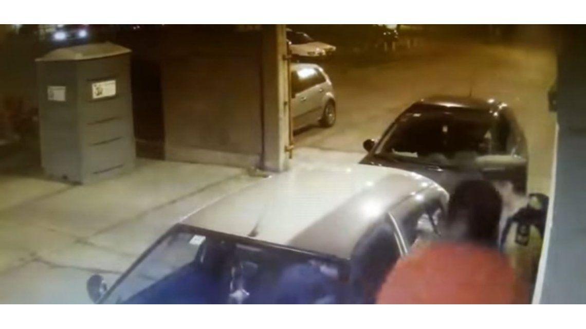 Le pegó un cabezazo a un oficial y quedó grabado por una cámara de seguridad