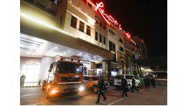 Bomberos en el acceso al hotel casino de la masacre