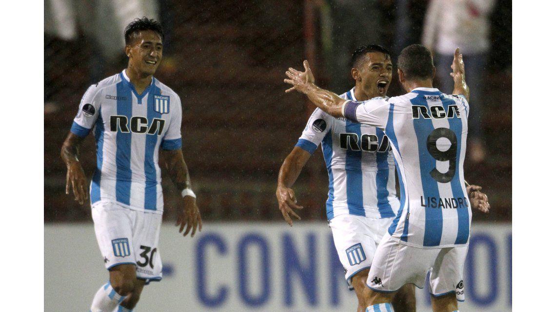 Pablo Cuadra celebra con Lisandro López y Santiago Rosales el gol de Racing