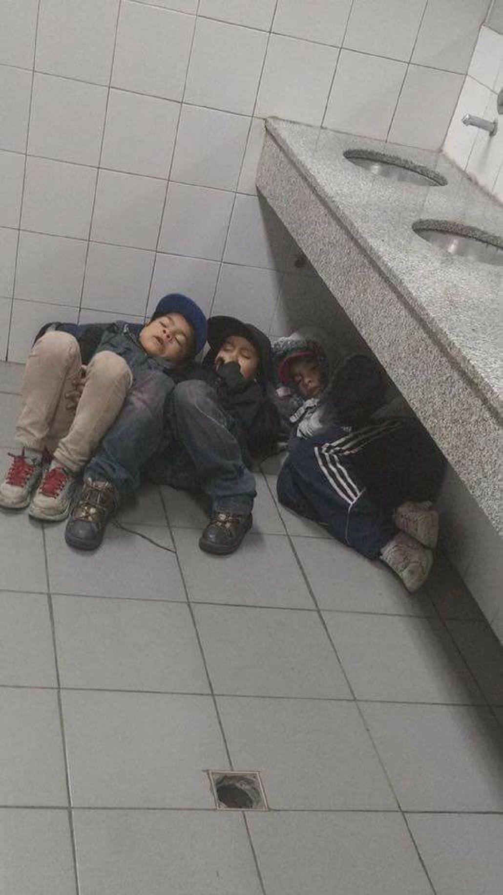 Los tres nenes durmiendo en la estación