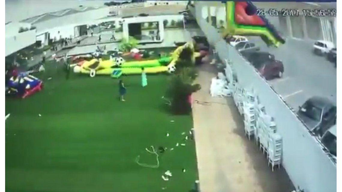 El viento levantó juegos inflables: una nena está delicada