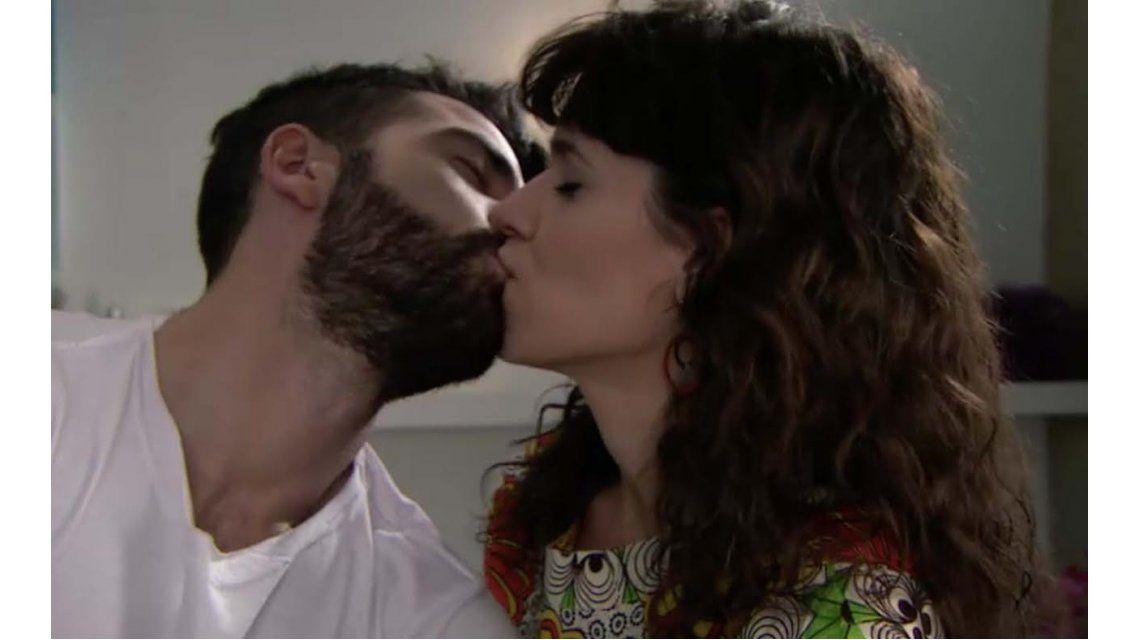 Las estrellas: el primer beso entre Nazareno Casero y Violeta Urtizberea