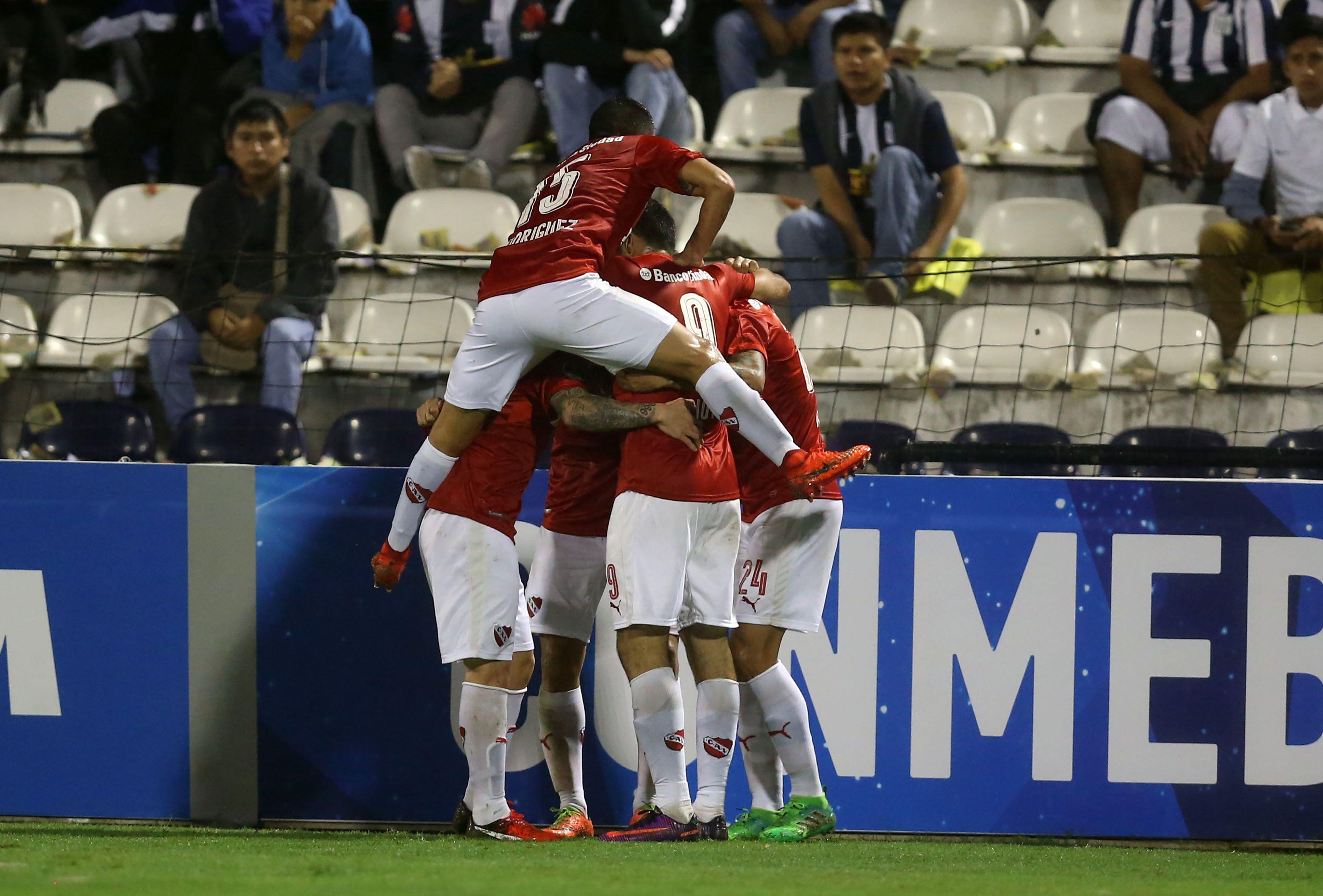 Independiente festeja el gol de Rigoni