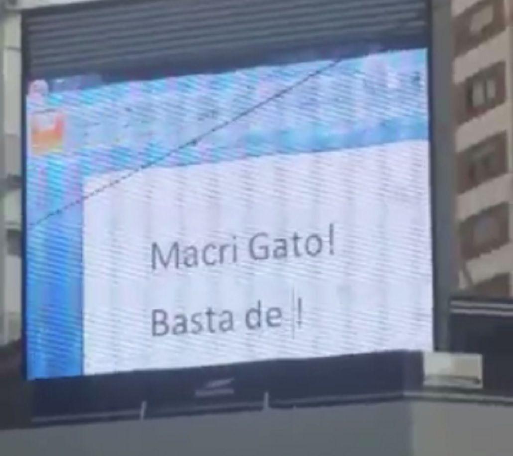 Hackearon una pantalla gigante en Cabildo y Juramento y pasaron una película porno