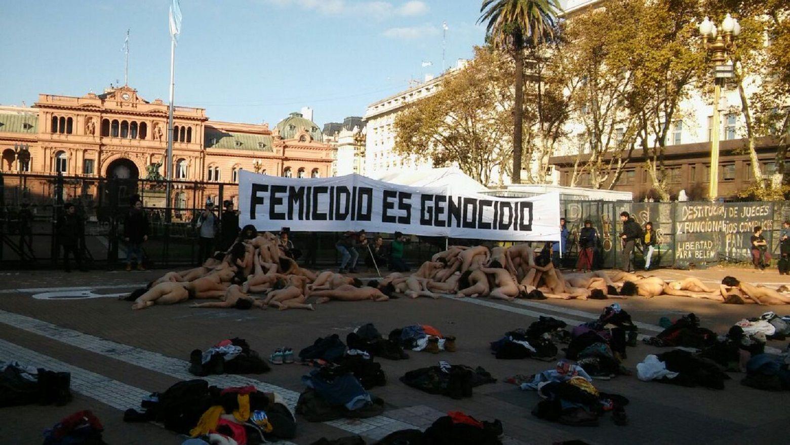 Un grupo de mujeres se desnudaron para denunciar