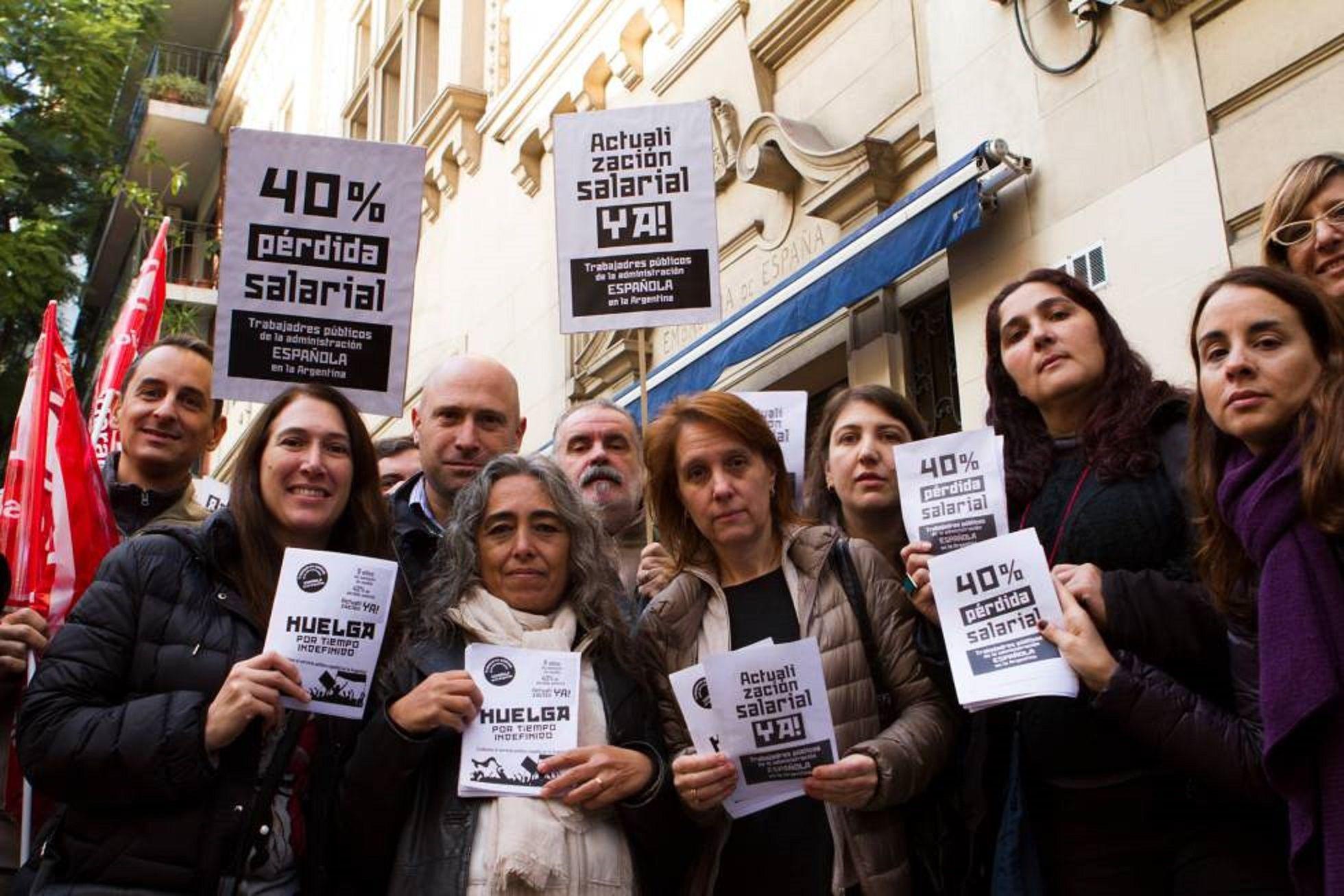 Trabajadores de la embajada española realizan huelga