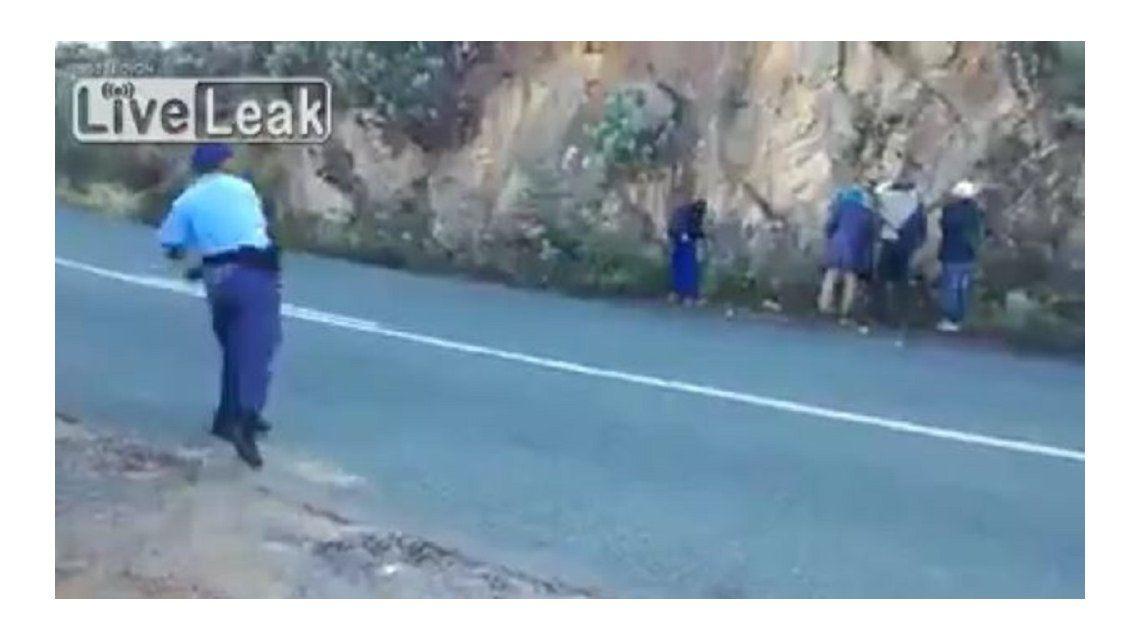 Oficiales le tiraron manzanas en la espalda a supuestos delincuentes