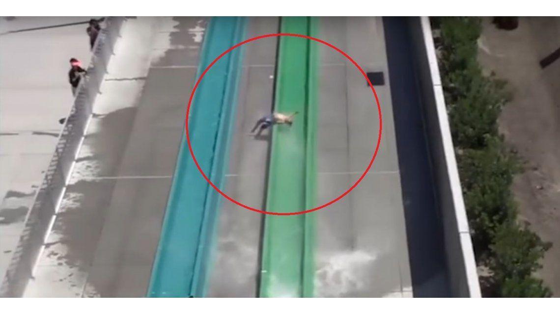 Brutal accidente de un nene que sale volando de un tobogán