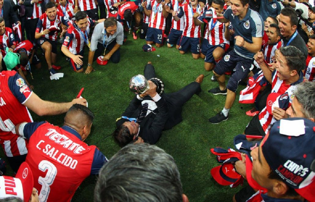 Almeyda celebra junto al trofeo en el medio de todo su plantel