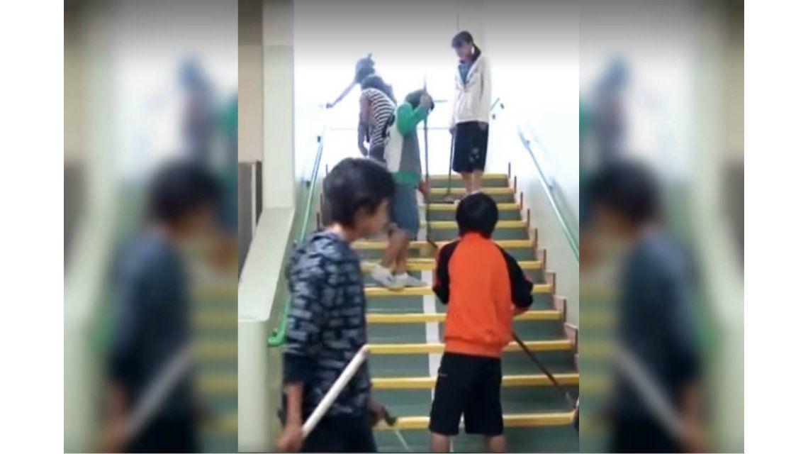 ¿Los niños deben limpiar la escuela? El video de Macri sobre la educación en Japón