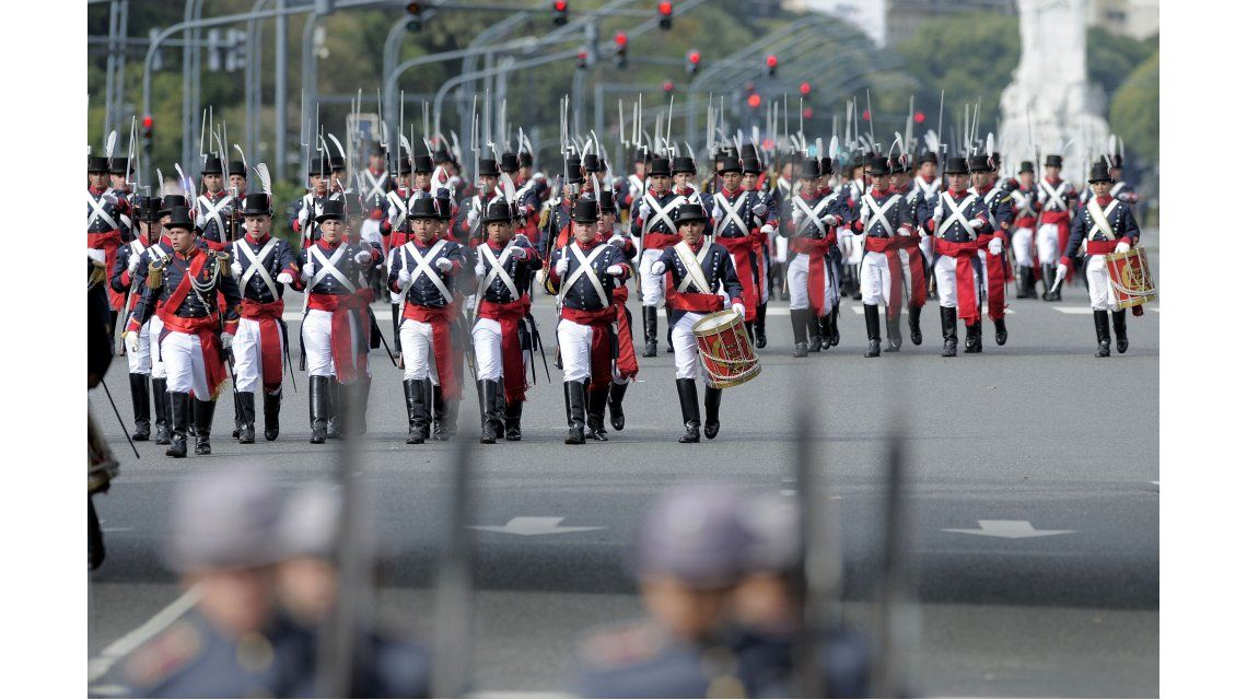 Unos 6 mil militares realizaron un desfile en la Ciudad por el 25 de Mayo