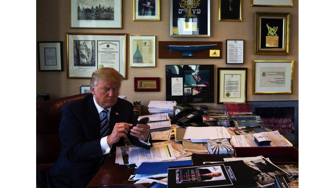 Donald Trump utilizando su smartphone