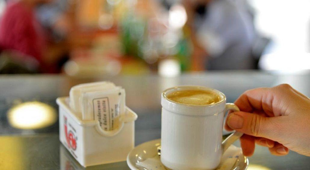 Café en un bar con los tradicionales sobres de azúcar<br>