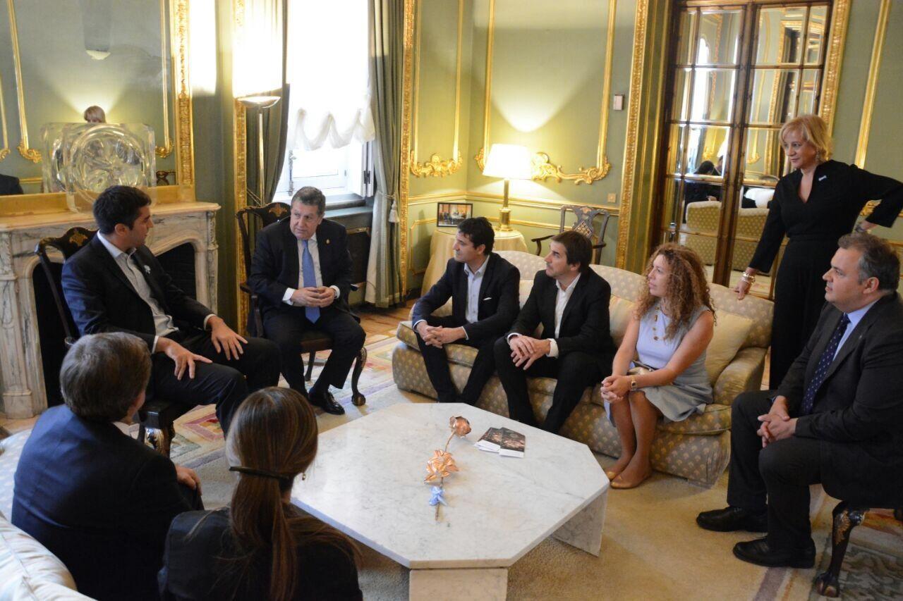 Puerta recibió la comitiva en la Embajada argentina en España