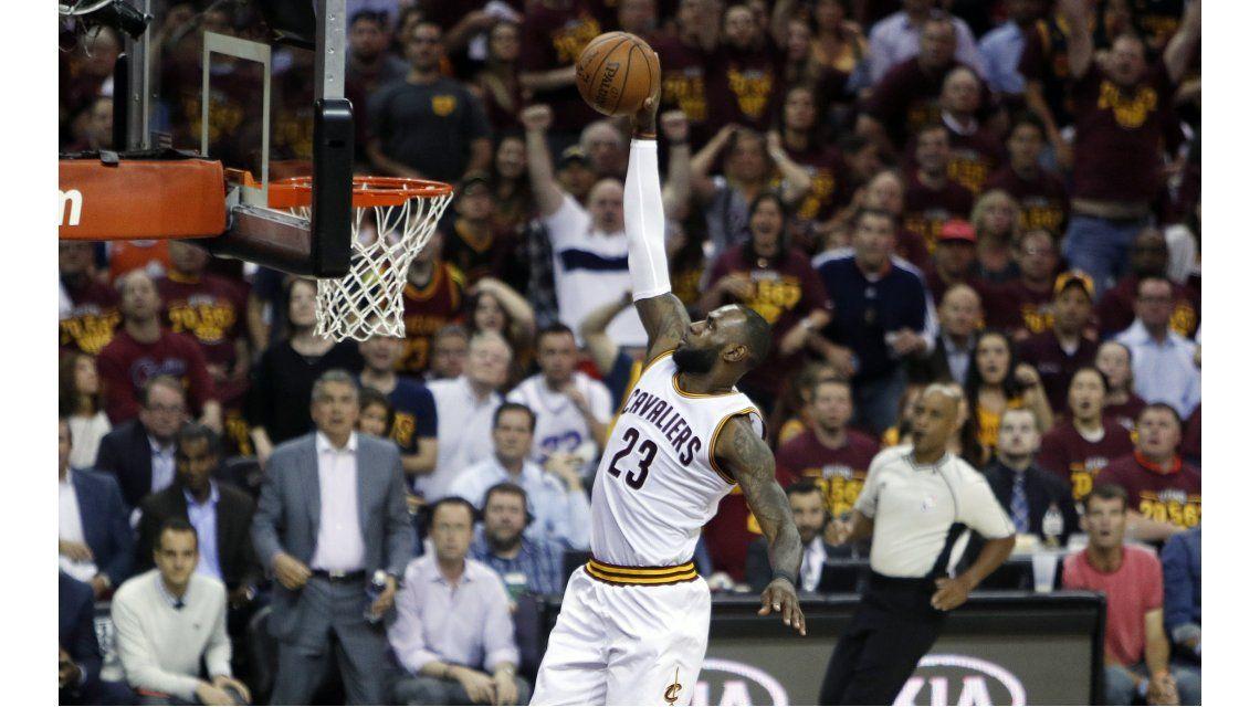 LeBron James superó a Michael Jordan como anotados de los playoffs