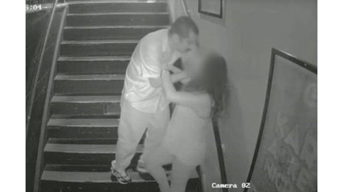 Una mujer es atacada por un hombre en una escalera