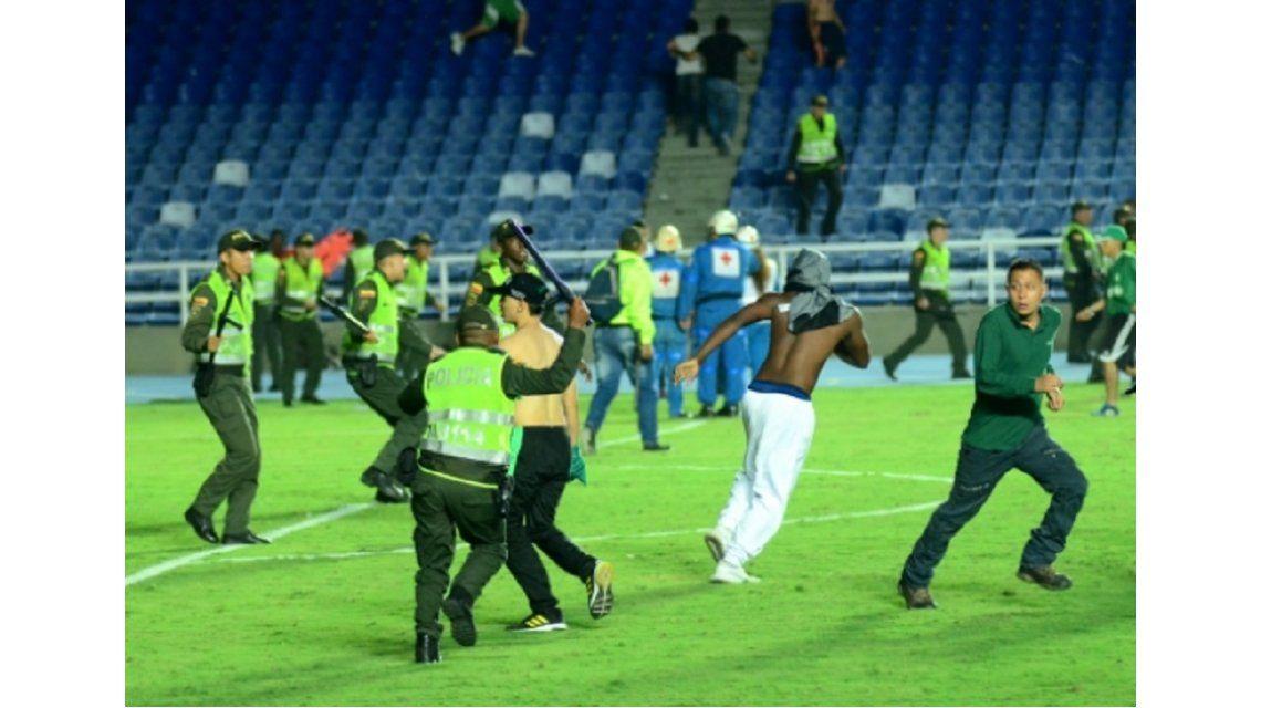 Enfrentamiento entre hinchas de Deportivo y América de Cali - Crédito: elpais.com.co / Jorge Orozco