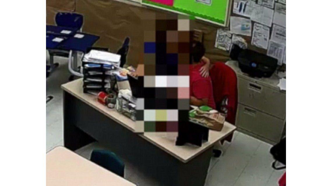 Un maestro besa a un estudiante y es capturado por una cámara de seguridad