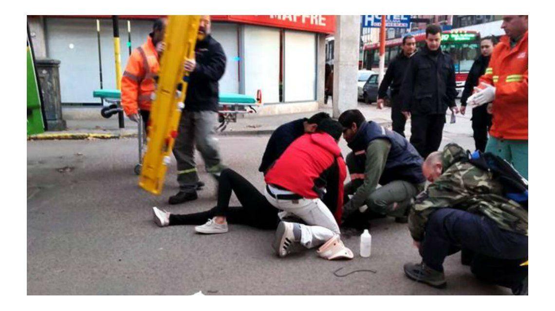 La mujer fue atendida en el lugar y luego hospitalizada. No sufrió heridas de gravedad