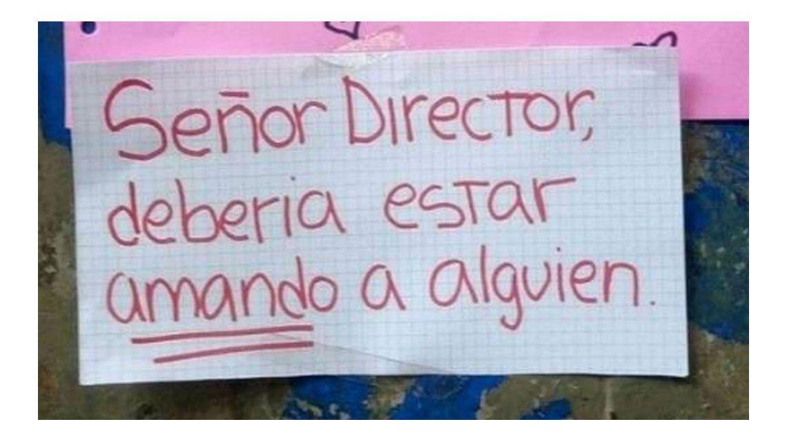 Este es uno de los carteles que le dejaron al director tras el hecho