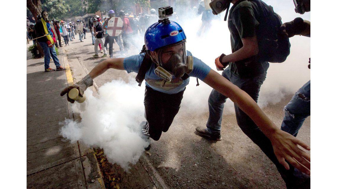 Un joven con una cámara GoPro en el casco en las protestas en Venezuela