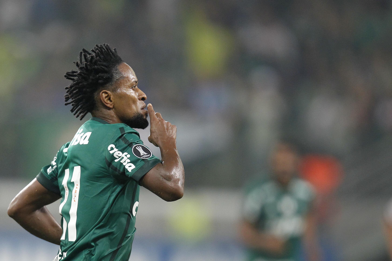 Ze Roberto celebra su gol récord