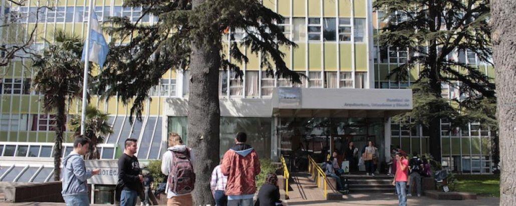 Denuncian a un profesor de Filosofía por acosar a alumnas