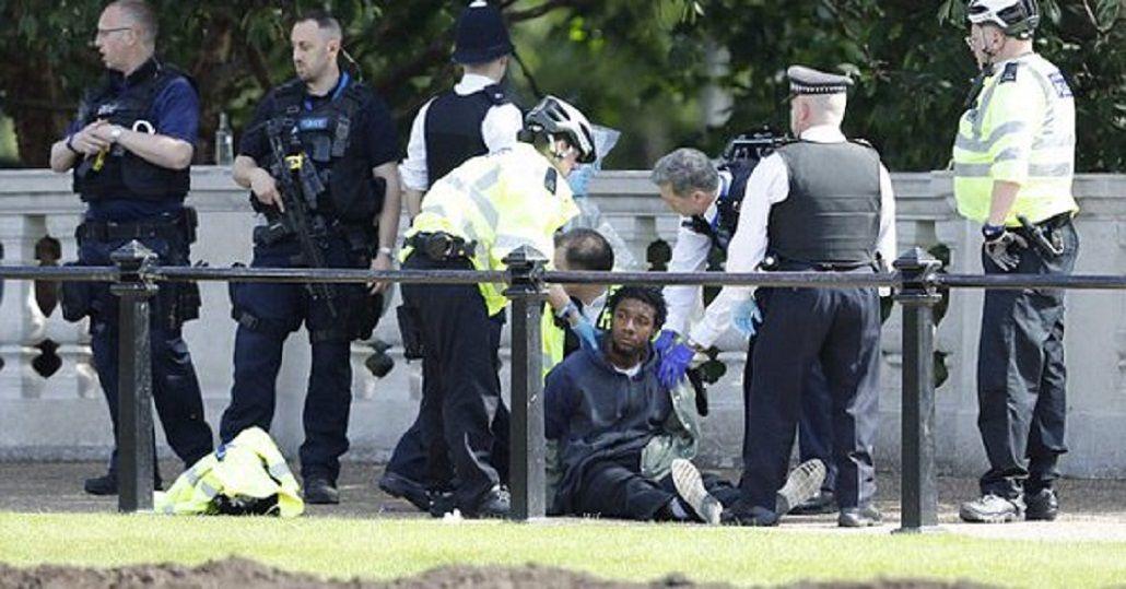Detuvieron a un hombre con un cuchillo en el Palacio de Buckingham