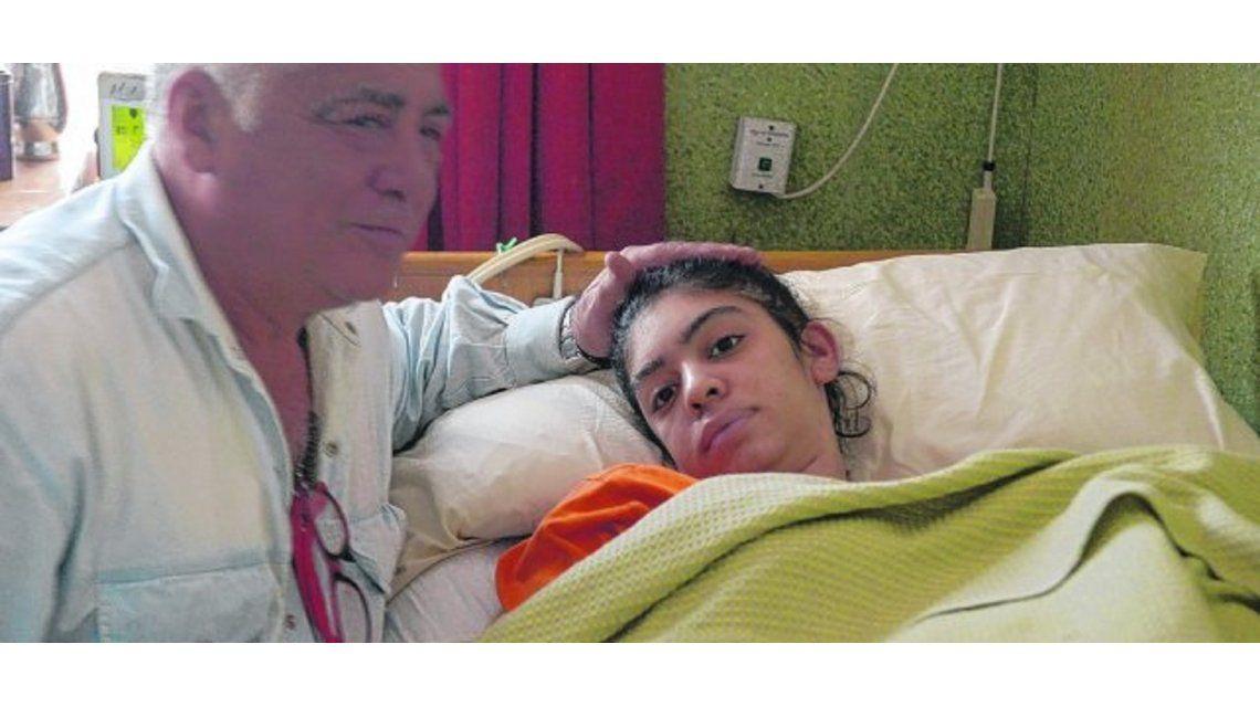 Se puso implantes mamarios y hace siete meses no puede hablar ni moverse