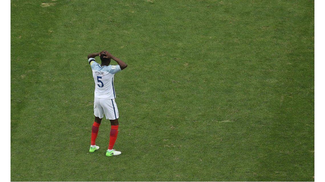 La decepción de Fikayo Tomori tras su error ante Guinea
