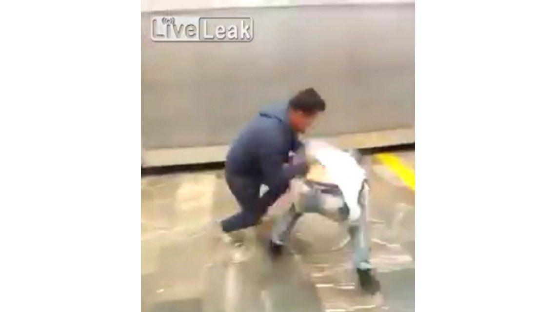 Molió a golpes a un chico que había insultado a una empleda del subte