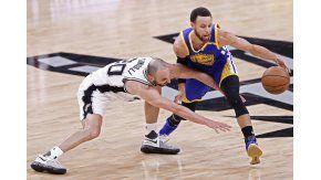 La lucha mano a mano entre Manu y Stephen Curry, la estrella de los Warriors