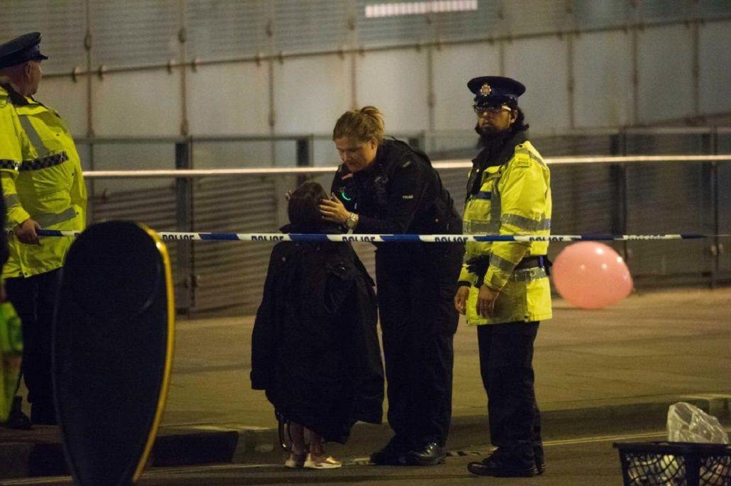 Una policía consuela a una pequeña víctima del atentado