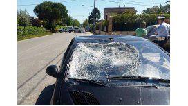 Así quedó el auto que impactó la bicicleta del motociclista