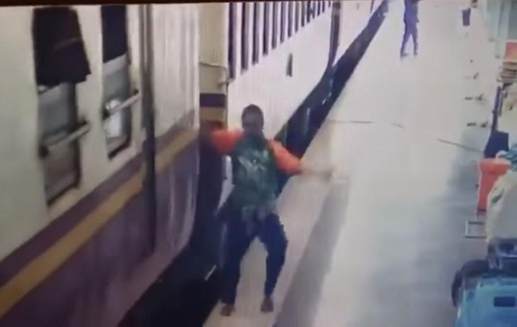 Quedó enganchado y cayó debajo del tren
