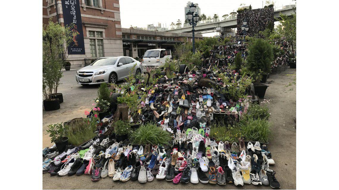 Una instalación con 30 mil zapatos viejos adorna la entrada a Seoullo 7017